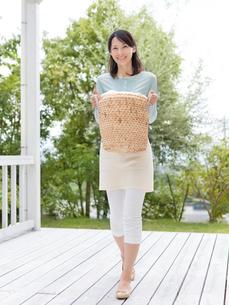 洗濯かごを持つ女性の写真素材 [FYI01911555]