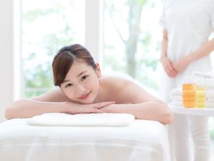 ベッドに寝る女性の写真素材 [FYI01911648]