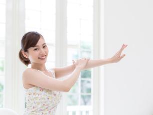 手をマッサージする女性の写真素材 [FYI01911664]