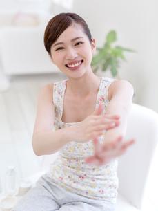 手をマッサージする女性の写真素材 [FYI01911698]