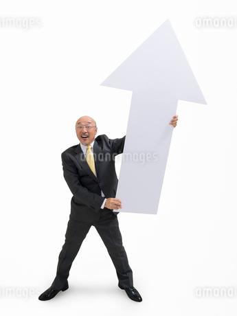 矢印を持つビジネスマンの写真素材 [FYI01911763]