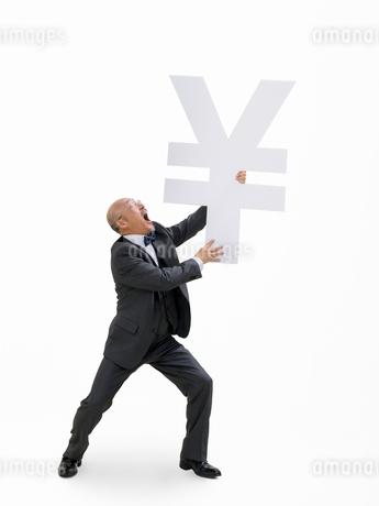 円マークを持つビジネスマンの写真素材 [FYI01911769]
