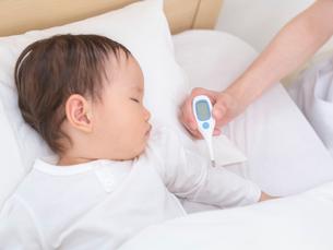 女の子の熱を計る看護師の手元の写真素材 [FYI01911793]