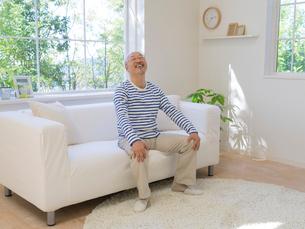 ソファに座る男性の写真素材 [FYI01911801]