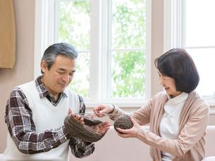 毛糸を巻くシニア夫婦の写真素材 [FYI01911846]