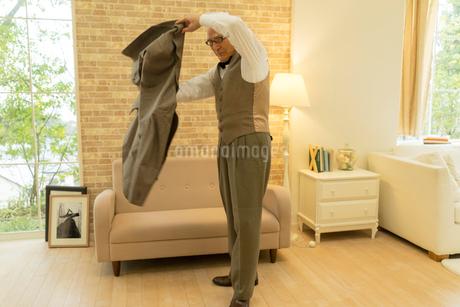 ジャケットを羽織るシニア男性の写真素材 [FYI01912001]