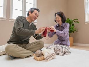 編み物をするシニア夫婦の写真素材 [FYI01912040]