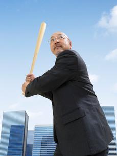 野球のバットを持つビジネスマンの写真素材 [FYI01912042]