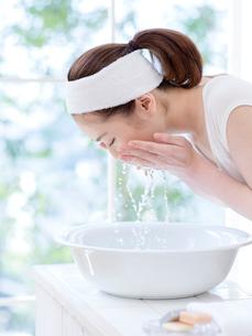 洗顔をする女性の写真素材 [FYI01912094]