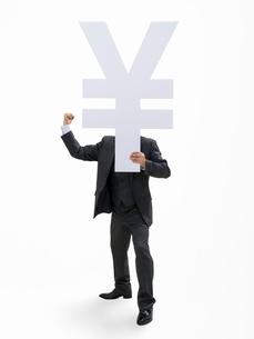 円マークを持つビジネスマンの写真素材 [FYI01912142]