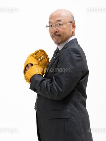 グローブをつけたビジネスマンの写真素材 [FYI01912189]