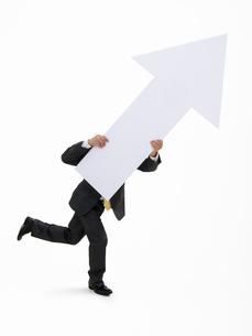矢印を持つビジネスマンの写真素材 [FYI01912317]