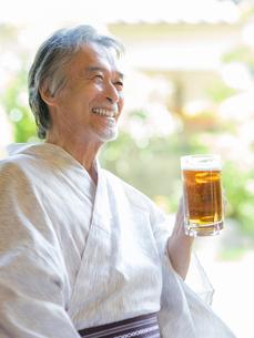 ビールジョッキを持つ浴衣姿の男性の写真素材 [FYI01912381]