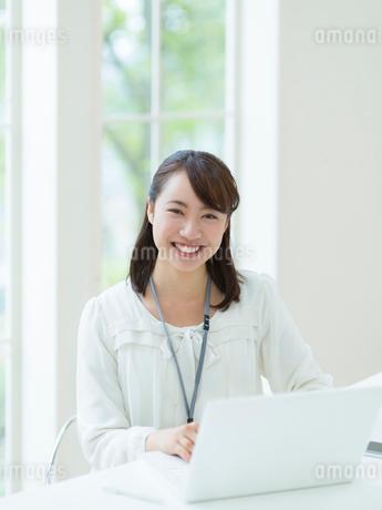 ノートパソコンに向かう女性の写真素材 [FYI01912385]