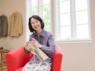 編み物をするシニア女性の写真素材 [FYI01912614]