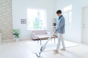 掃除機をかける女性の写真素材 [FYI01912767]