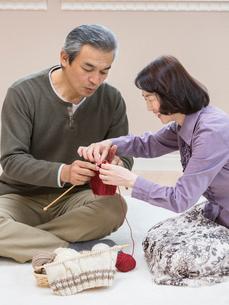 編み物をするシニア夫婦の写真素材 [FYI01912843]