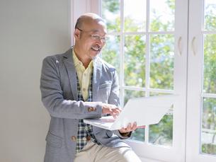 ノートパソコンを見る男性の写真素材 [FYI01912883]