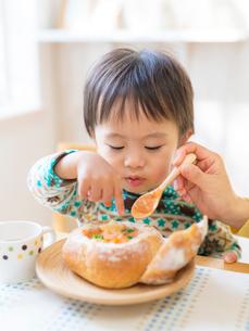 食事をする男の子の写真素材 [FYI01912893]