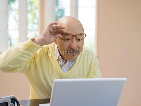 ノートパソコンを見る男性の写真素材 [FYI01912915]