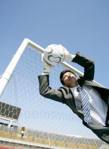 ゴールキーパーをするビジネスマンの写真素材 [FYI01912997]