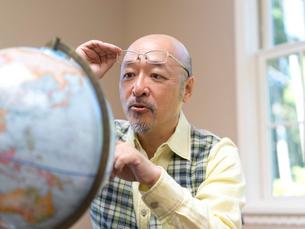 地球儀を見る男性の写真素材 [FYI01913081]