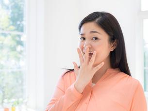 困り顔の女性の写真素材 [FYI01913093]