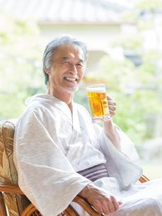 ビールジョッキを持つ浴衣姿の男性の写真素材 [FYI01913122]