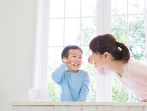 歯磨きをする親子の写真素材 [FYI01913256]
