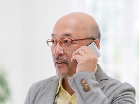 スマートフォンで通話する男性の写真素材 [FYI01913287]