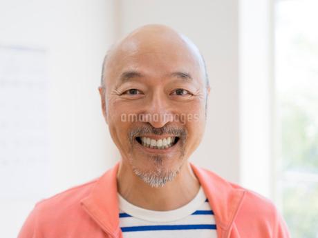 微笑む男性の写真素材 [FYI01913360]