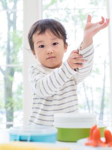 シャツの袖をまくる男の子の写真素材 [FYI01913419]