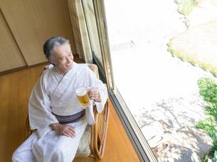 縁側に座る浴衣姿の男性の写真素材 [FYI01913425]