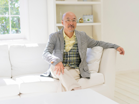 ソファに座る男性の写真素材 [FYI01913444]