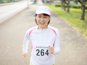 マラソンをする女性の写真素材 [FYI01913467]