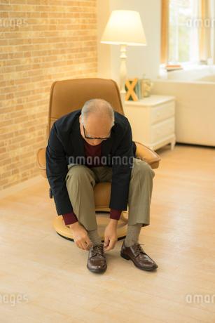 靴紐を結ぶシニア男性の写真素材 [FYI01913476]