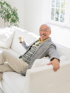 ソファに座る男性の写真素材 [FYI01913560]