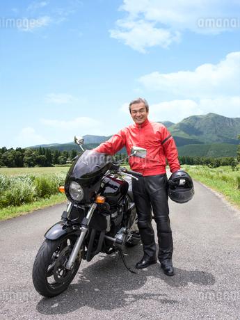 バイクの横に立つシニア男性の写真素材 [FYI01913632]