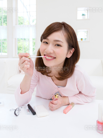 リップを持つ女性の写真素材 [FYI01913658]