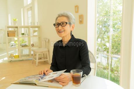 本を開くシニア女性の写真素材 [FYI01913672]