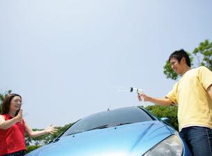 洗車をする若者の写真素材 [FYI01913815]