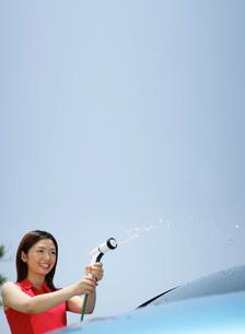 洗車をする若者の写真素材 [FYI01913819]