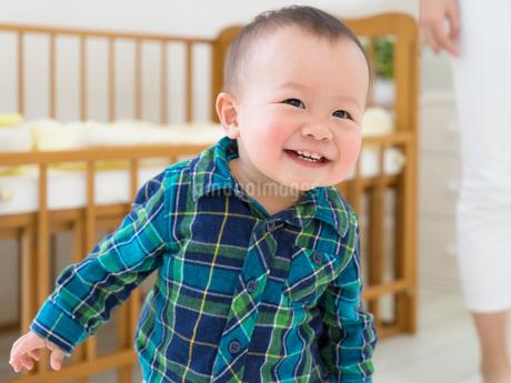 笑って覗きこむ赤ちゃんの写真素材 [FYI01913938]