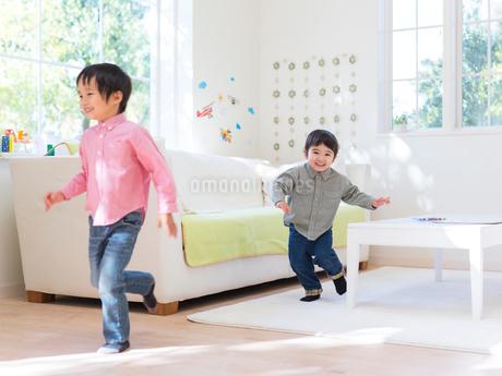 リビングで遊ぶ兄弟の写真素材 [FYI01913999]