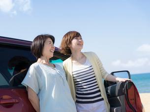 車の横に立つ母と娘の写真素材 [FYI01914325]
