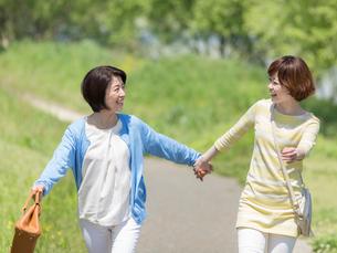 手を繋ぐ母と娘の写真素材 [FYI01914691]