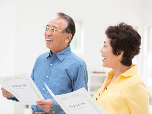 歌を歌うシニア夫婦の写真素材 [FYI01914720]