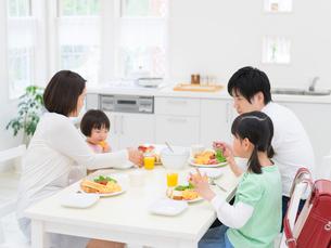 食卓を囲む家族の写真素材 [FYI01914722]