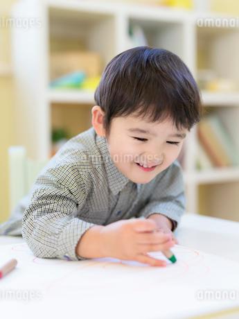 お絵描きをする男の子の写真素材 [FYI01914746]