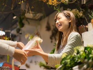 花を手渡す女性の写真素材 [FYI01915341]
